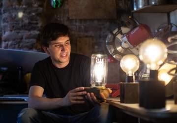El artesano de la luz: el chileno que exporta lámparas con materiales reciclados